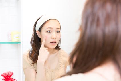 肌の乾燥に悩む女性の画像