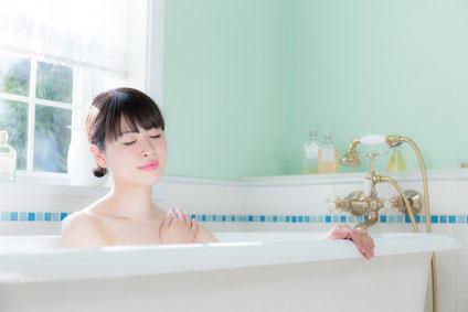 温浴している女性の画像