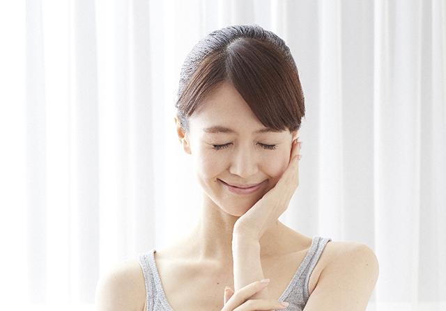 肌にうるおいを感じている女性の画像