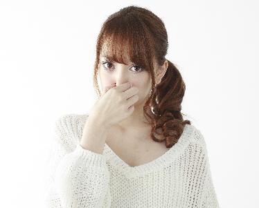 臭さを我慢する女性の画像