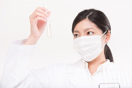 実験する女性の画像