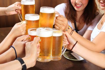 ビールで乾杯する画像