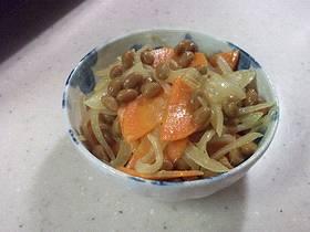 玉ねぎとにんじんと納豆の炒めサラダ風の画像