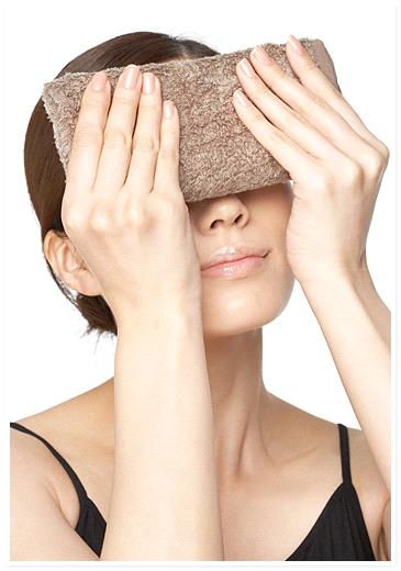 蒸しタオルで目元を温める画像