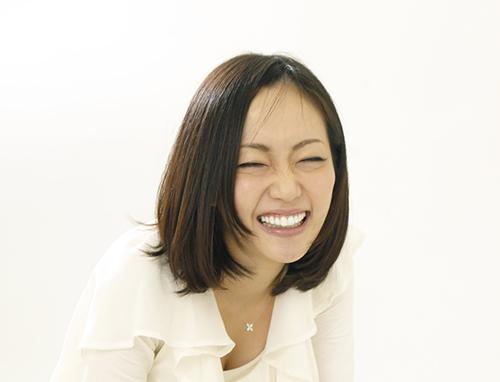 笑う女性の画像