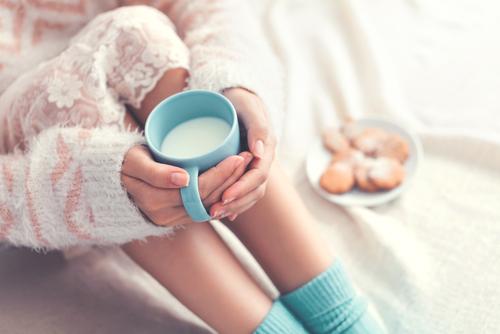 ミルクで温まる女性の画像