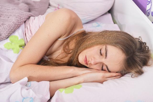 睡眠する女性の画像