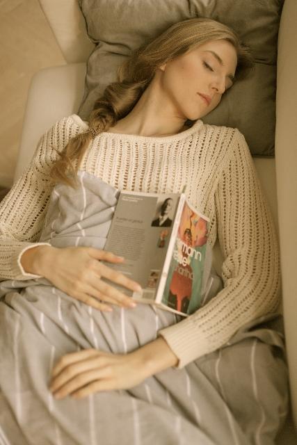 眠ている女性の画像