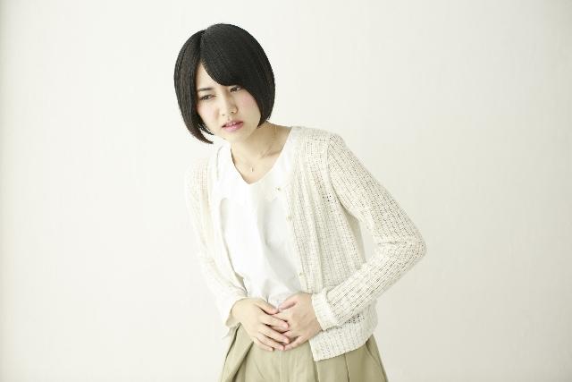腹痛の女性の画像