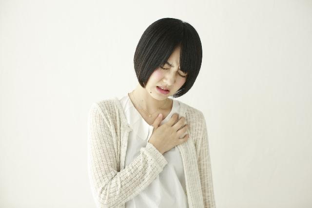 胸が痛い女性の画像