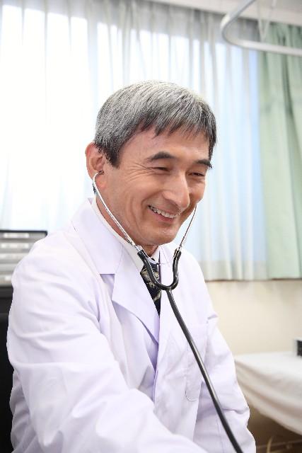 診察する医師の画像
