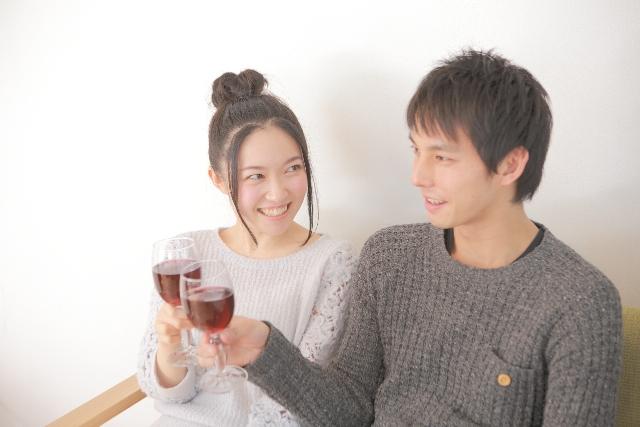 ワインで乾杯するカップルの画像