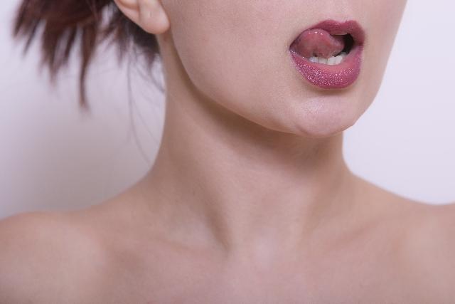 唇を舐める女性の画像