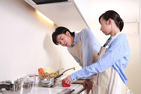家事を手伝う男性の画像