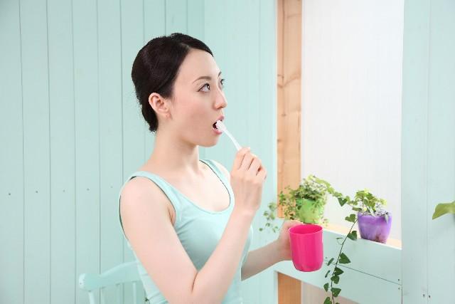 歯を磨く女性の画像