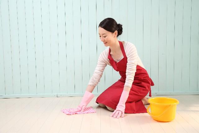 寒そうに家事をする女性の画像