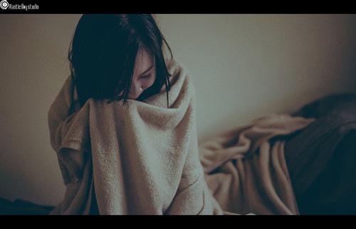 毛布にくるまる女性の画像