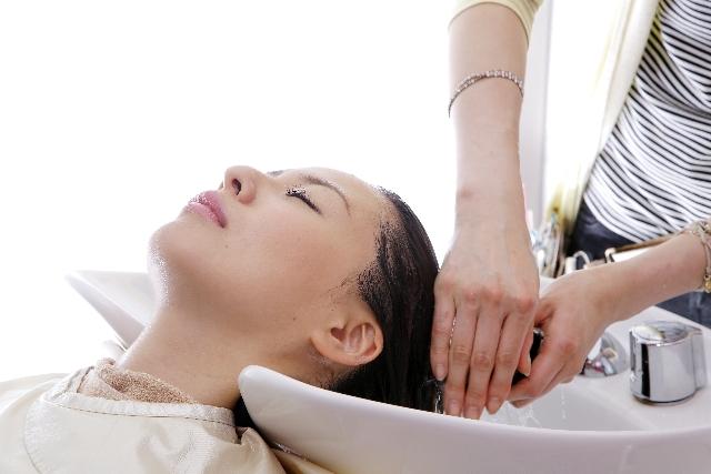 髪を洗う女性の画像
