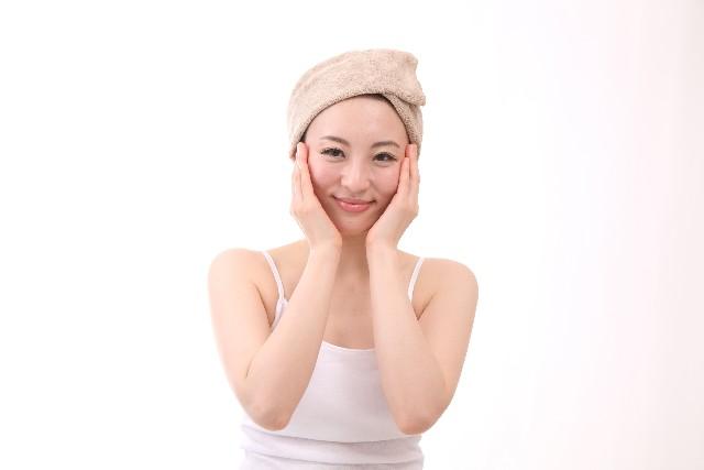 頬を保湿する女性の画像