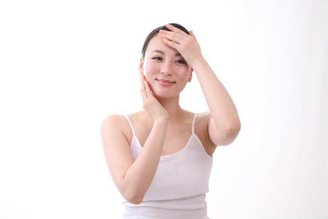スキンケアをする女性の画像