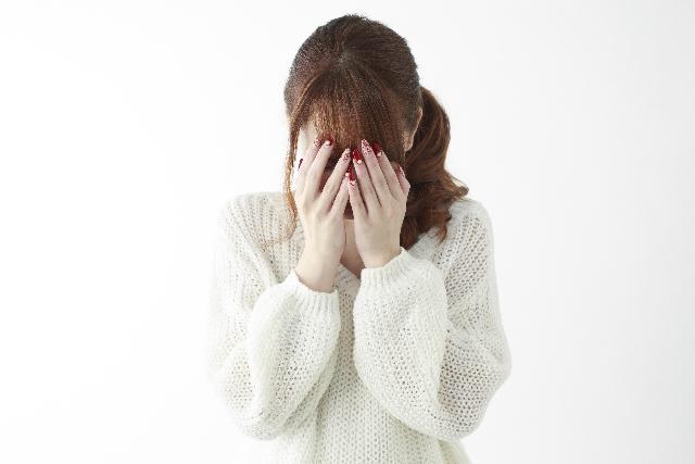 顔を隠す女性の画像