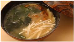きのことわかめの味噌汁の画像