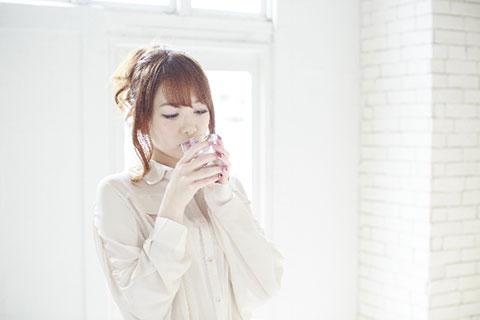 飲む女性の画像