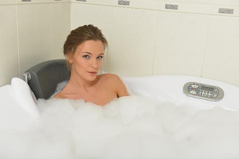 入浴中の女性の画像
