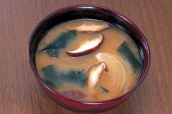 しいたけとわかめの味噌汁の画像