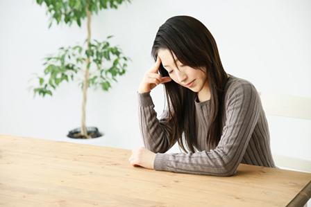 頭痛女性の画像