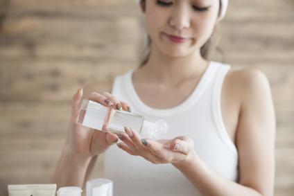 化粧水を塗る女性の画像