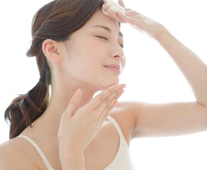 化粧水の使用の画像