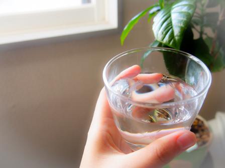 水が入ったコップの画像