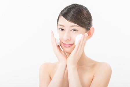 洗顔する女性の画像