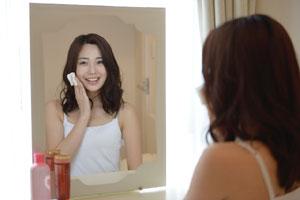 化粧する女性の画像