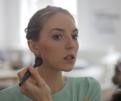メイクをする女性の画像