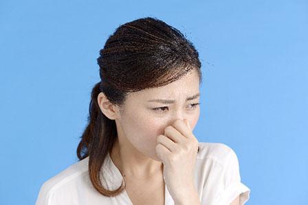 鼻をつまむ女性の画像