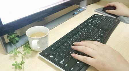 パソコンを操作する人の画像