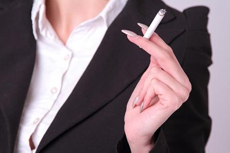 タバコをすっている女性の画像