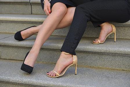 女性の足の画像
