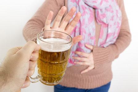 お酒を断る女性の画像