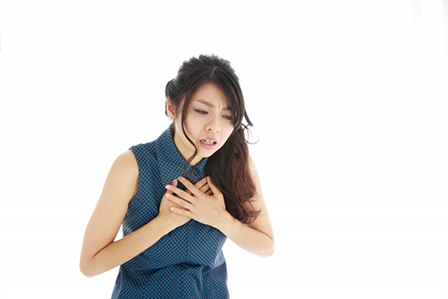 息が苦しい女性の画像