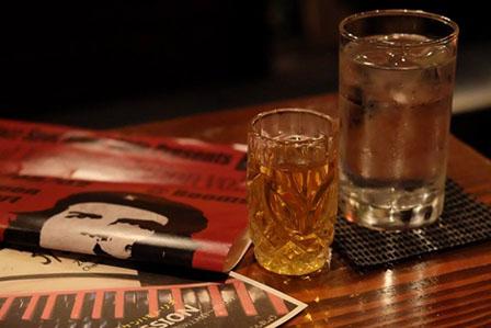 お酒と水の画像