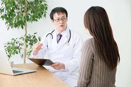 医師に相談する女性の画像