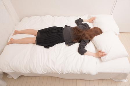 メイクしたまま寝る女性の画像