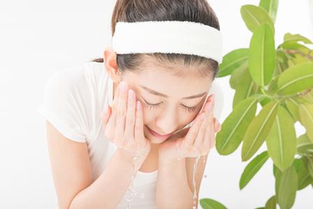 顔を洗う女性の画像