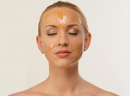 オイルクレンジングを使う女性の画像