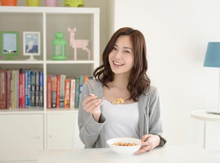 食事する女性の画像