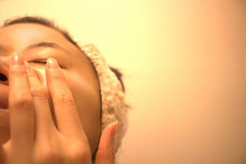 肌を擦っている女性の画像