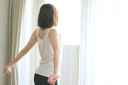 早起きする女性の画像